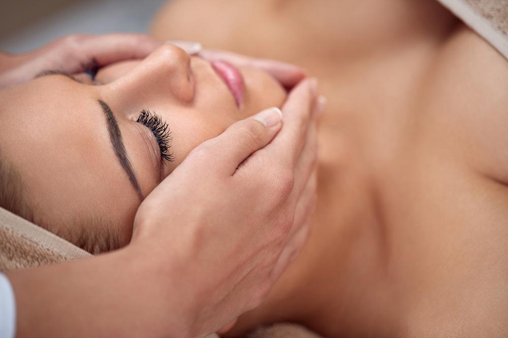 haende auf gesicht - hautpflege - kosmetik-studio - stuttgart - carola kiesel - beauty-balance