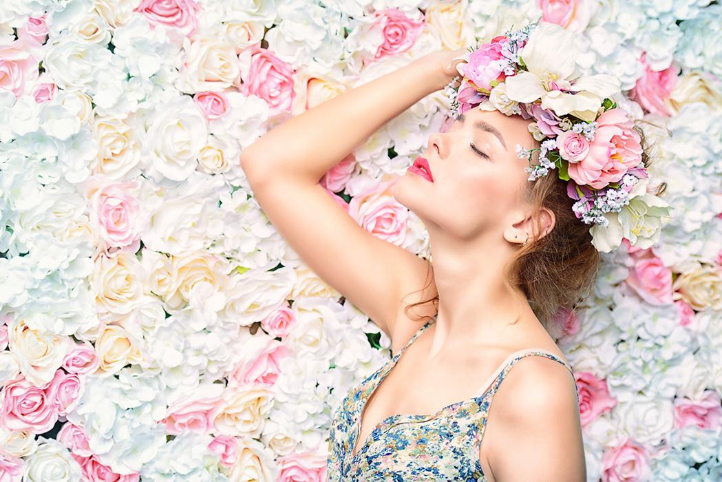 frau-in-bluehenden-blumen-mikroneedling-kosmetik-studio-stuttgart-carola-kiesel-beauty-balance