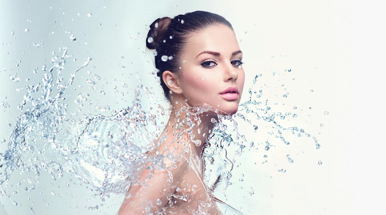 frau-spritzt-mit-wasser-gesichtsbehandlung-pflege-kosmetik-studio-stuttgart-carola-kiesel-beauty-balance