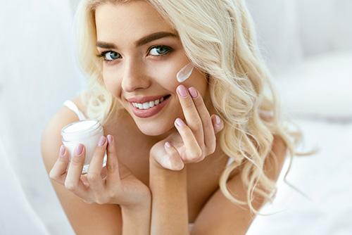 frau-traegt-creme-aufs-gesicht-auf-carola-kiesel-stuttgart-kosmetik-studio-beauty-balance